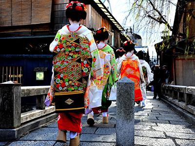 祇園を歩く舞妓さん