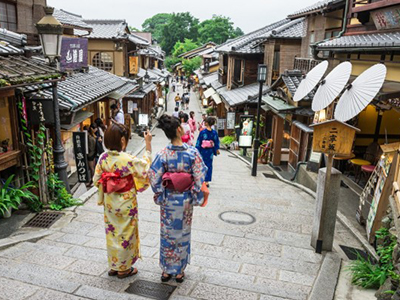 着物で祇園を歩く女性
